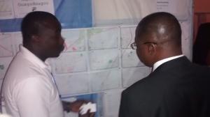 Présentation de la carte Maposmatic de Ouagadougou par Kisito au Dr Nébila Amadou Yaro, Ministre du Développement de l'Economie Numérique et des Postes